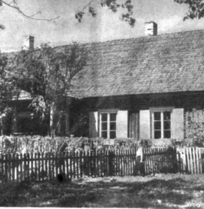 """1948 m. muziejus buvo perkeltas į nacionalizuotos klebonijos patalpas (dabartinis Bažnytinių reliktų muziejus) Kernavės muziejaus nuotrauka iš 1960 m. Šalūgos knygos """"Kernavė"""""""