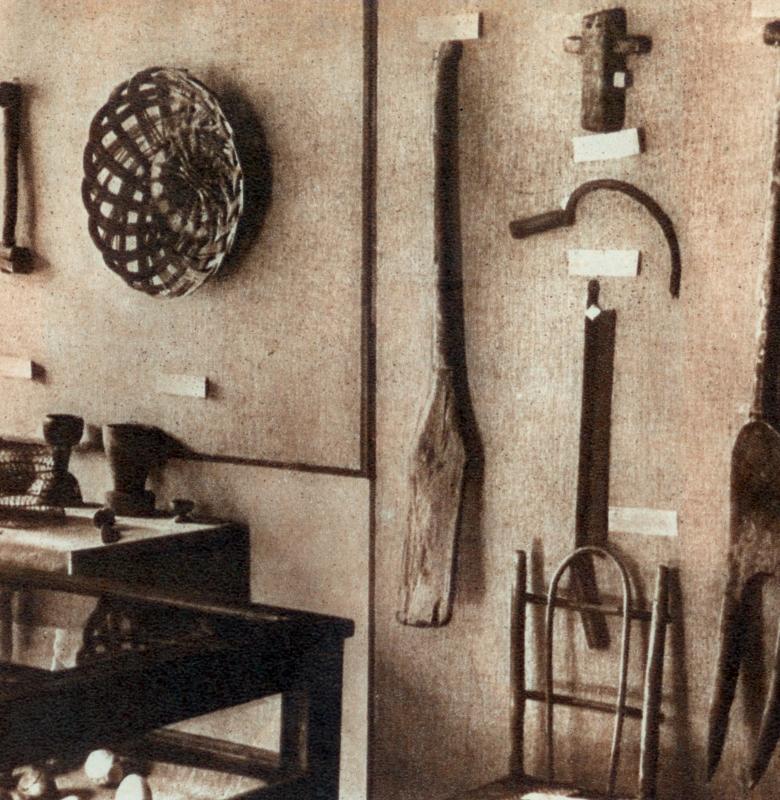 """Kernavės muziejaus etnografijos ekspozicijos nuotrauka Iš 1960 m. Šalūgos knygos """"Kernavė"""""""