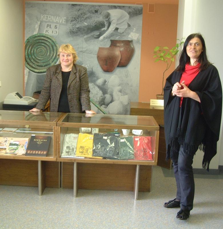 Muziejaus kasa 2006 m. kairėje kasininkė Jadvyga Čiurkinienė, dešinėje gidė Valda Lapėnaitė