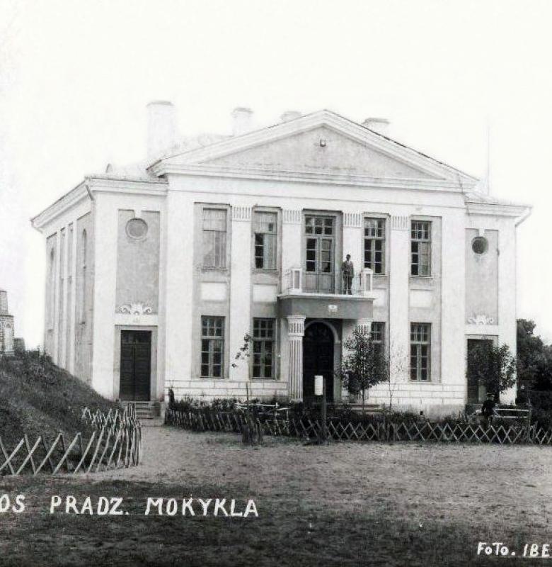 Pastatas, kurio pirmajame aukšte 1930 – 1948 m. veikė Kernavės krašto muziejus. Kernavės pradžios mokykla. Fotografas Ibedas