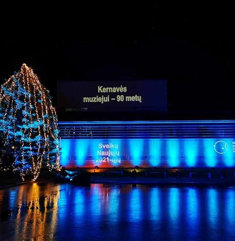 2020 m. gruodžio 28 d. muziejaus pastatas papuoštas 90-ties metų jubiliejaus proga