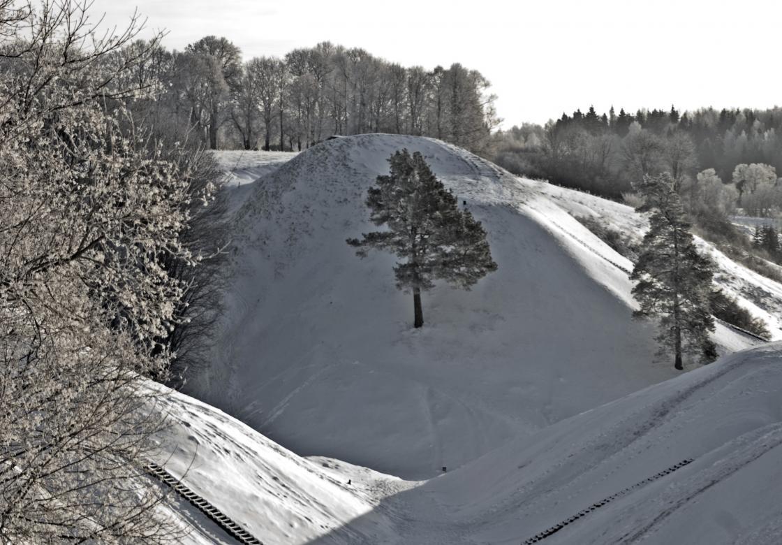 Kernavė – 35 km nuo Vilniaus, dešiniajame Neries krante įsikūręs nedidelis miestelis