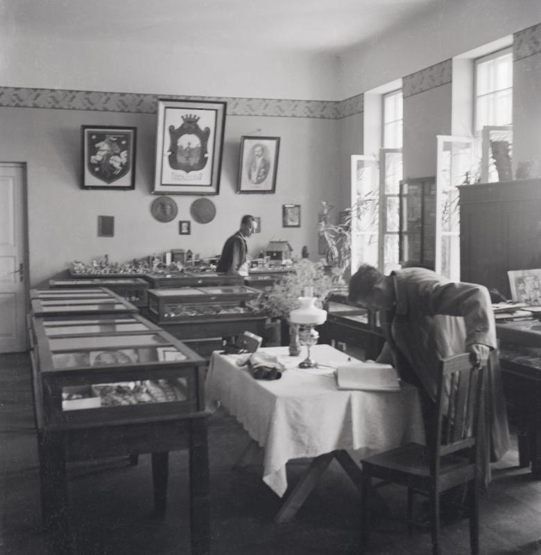 Muziejaus ekspozicija mokyklos klasėje. Tautodailės, pinigų ir karo reikalų skyrius 1930 – 1948 m.
