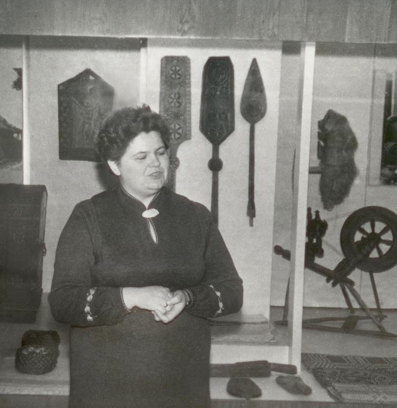 Muziejaus vedėja Jadvyga Purvaneckienė 1982 m. šalia ekspozicijos