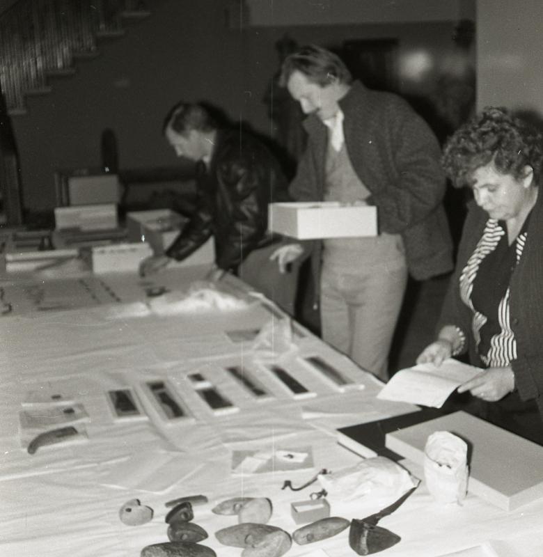 Archeologai Adolfas Jankauskas, Aleksiejus Luchtanas ir Kernavės sarcheologinės vietovės muziejaus rinkinių saugotoja Jadvyga Purvaneckienė kuria muziejaus ekspoziciją, 1992 m.