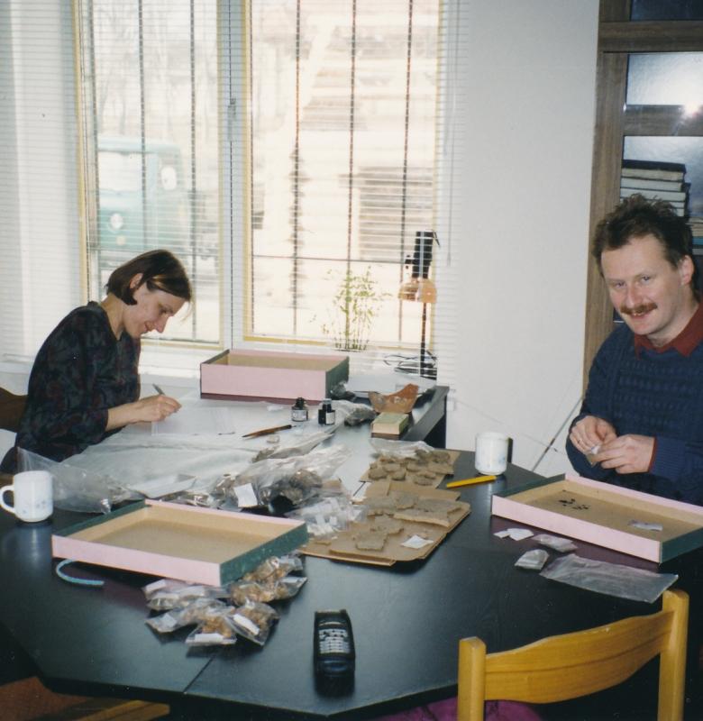 Kernavės archeologinės vietovės muziejaus archeologai Dalia Vaičiūnienė ir Aleksiejus Luchtanas tvarko muziejaus eksponatus  2003 m.