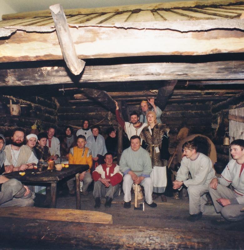 Pasitinkant 2000 metus, Kernavės ekspozicijoje atidarytas viduramžių gyvenamojo namo fragmentas. Nuotraukoje - Kernavės muziejaus - rezervato kolektyvas