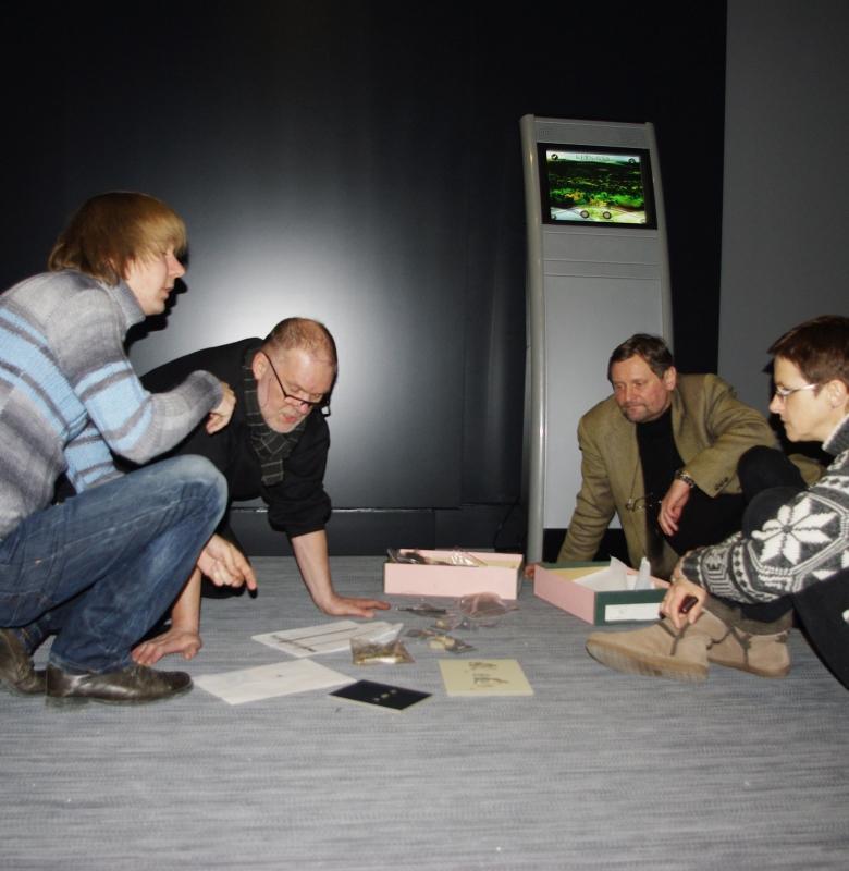 Naujos muziejaus ekspozicijos kūrimo darbai. Dešinėje - direktorius Saulius Vadišis ir pavaduotoja Dalia Grigonienė 2011 m.