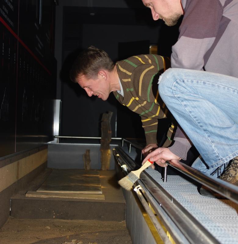 Naujos muziejaus ekspozicijos kūrimo darbai. Kultūrinių sluoksnių ekspoziciją rengia archeologai Gintautas Vėlius ir Rokas Vengalis 2011 m.